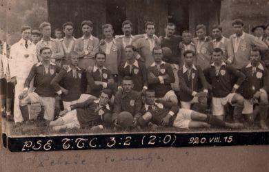 Egy Pelsőc–Tornalja focimérkőzés emlékére készült felvétel 1920-ból. Álló sorban (TTC-mezben balról az első) Millen Béla, az akkori tornaljai csapat kitűnő labdarúgója (A Millen család archívumából Szajkó Béla juttatta el honlapunknak)