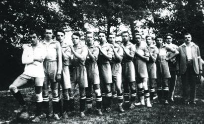 A Somorjai Testgyakorlók Körének (STK) labdarúgócsapatáról 1931-ben készült felvétel. A pomléi sportpálya ünnepélyes átadása alkalmából játszott mérkőzésen a csallóköziek a bécsi Sport Clubot fogadták. (Az STK archívumából)