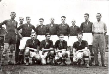 Az 1937-ben szlovák futballbajnokságot nyert Füleki Torna Club (FTC) aranycsapata. Felső sorban balról: Uram János, Csibi Braun edző, Josef Pilát, Gleisza István, Egri Béla, Viliam Vanák, Mihók Pál, Csukás Dezső, Lukács Gedeon segédedző. Alsó sorban: Zupkó Jenő, Böhm László, Jozef Hudec és Galbács Imre. (Vladimír Cirbusnak, az FTC klubmenedzserének archívumából)