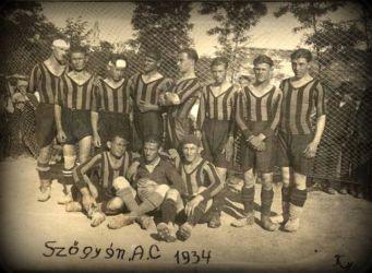 Füleken keresztül jutott el honlapunkhoz az Érsekújvári járásban fekvő Szőgyén 1934-es futballcsapatának képe. Köszönet érte Vladimír Cirbusnak, a Füleki Torna Club (FTC) múltban kalandozó klubmenedzserének.