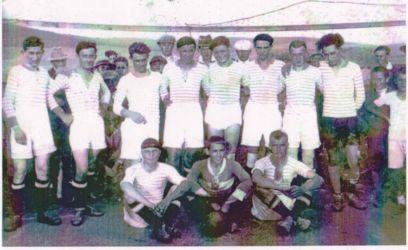 Egy bajnoki találkozó előtt a múlt század harmincas éveinek tornaljai focicsapata. Egy nadrág kivételével egységes felszerelésben voltak a fiúk. (Szajkó Béla archívumából)