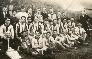 A Dunaszerdahelyi Sport Egylet (DSE, a későbbi DAC elődje) és a Komáromi Football Club (csíkos mezben) egy 1919 júliusi, 2 : 2-es meccs után (Csaplár Benedek Adattár, Dunaszerdahely)
