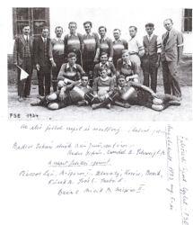 Egyedülálló kordokumentum. A felvételen a Felsőszeli Sport Egylet (FSE) első futballcsapata és a vezetőség. Jobb oldalon az értékes eredeti bejegyzés az egylet megalakulásának dátumáról (1934. augusztus 5.).