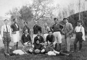 A kékkői (Nagykürtösi járás) futballcsapat (1930). Ez a kép Vladimír Cirbustól, a Füleki Torna Club (FTC) múltban kalandozó klubmenedzserétől érkezett.