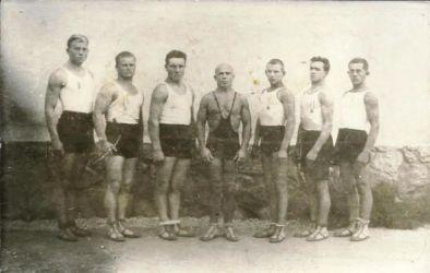 A Rozsnyói SC birkózói 1933-ból. Akiket felismertünk a felvételen, balról az első Salamon, a második Júdt, a negyedik (középen) Aranyi Lajos, aki 1931-től volt edző a klubban, és 1932-ben és 1933-ban magyar bajnok lett pehelysúlyban. Mellette jobbra: Gaczek. (Juraj Králik archívumából)