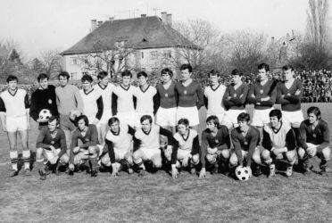 1973-ban Párkányban készült a közös fotó a magyar labdarúgó-válogatott 5:0-s sikerével zárult barátságos mérkőzés után. Világos mezben a hazaiak sikercsapata, amely akkoriban újoncként megnyerte a nyugat-szlovákiai kerületi bajnokságot, és feljutott a divízióba. Állnak, balról: Šiška, Géczi, Kecskés, Bugri, Kardos, Tóth, Fónad, Dunai II, Páncsics, Krakovszky, Szalai, Kovács J., Szűcs. Guggolnak, balról: Vidáts, Juhász Péter, Molnár, Családi, Jezso, Fazekas, Zámbó, Detven, Bálint. (A párkányi klub archívumából)
